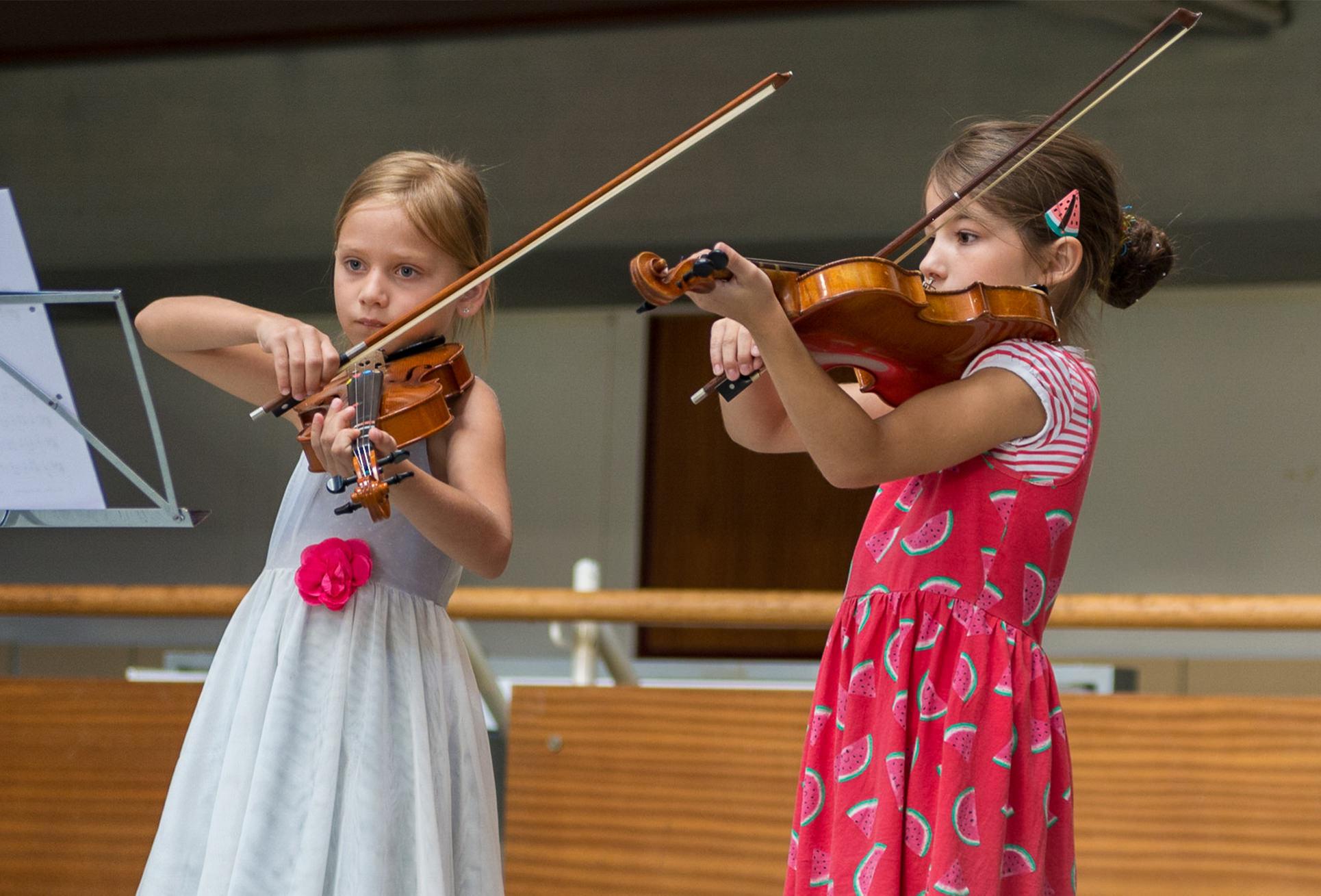 Unsere Angebote - Kinder spielen Violine